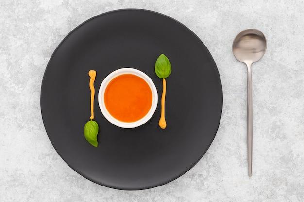 Zuppa di pomodoro fresco vista dall'alto pronto per essere servito Foto Gratuite