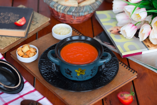 Zuppa di pomodoro in una pentola con parmigiano tritato e crackers di pane. Foto Gratuite