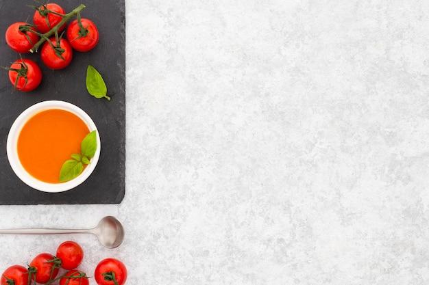 Zuppa di pomodoro sano vista dall'alto con spazio di copia Foto Gratuite