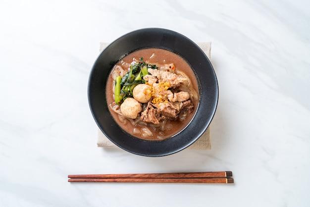 Zuppa di spaghetti di riso con carne di maiale in umido Foto Premium