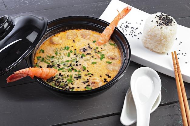 Zuppa di tom yam con frutti di mare Foto Premium