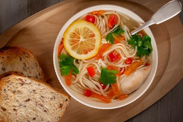Zuppa di verdure di pollo fatta in casa Foto Premium