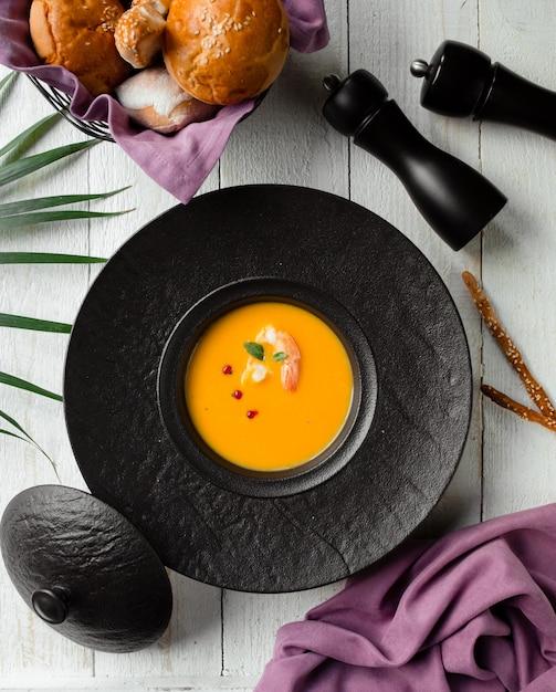 Zuppa di zucca con gamberi e pepe Foto Gratuite