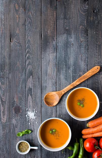 Zuppa di zucca fatta in casa su rustico su legno Foto Premium
