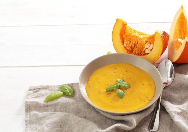 Zuppa di zucca in ciotola Foto Gratuite