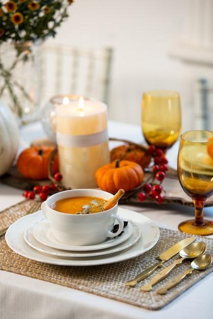 Zuppa di zucca sul tavolo Foto Gratuite