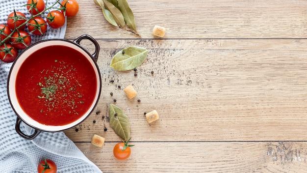 Zuppa fatta in casa vista dall'alto su fondo in legno Foto Gratuite