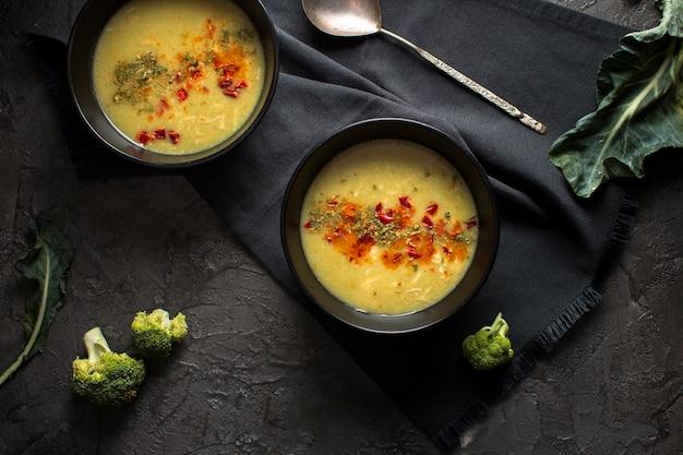 Zuppa piatta con condimenti Foto Gratuite