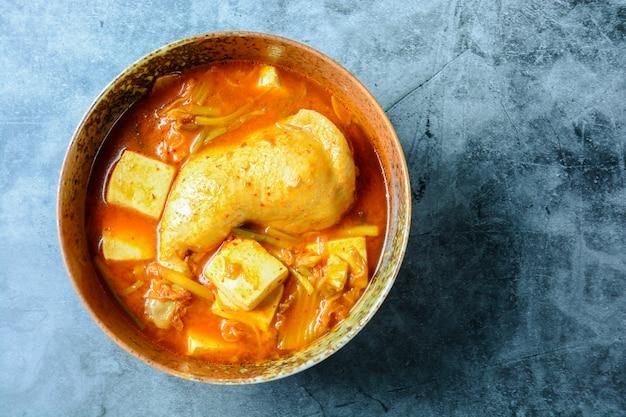Zuppa tradizionale kimchi coreana con pollo e tofu morbido Foto Premium