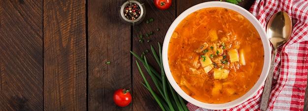 Zuppa tradizionale russa con cavolo - zuppa di crauti - shchi. vista dall'alto Foto Premium