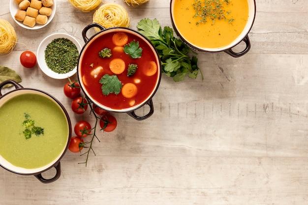 Zuppe di crema di verdure e ingredienti con pasta Foto Gratuite