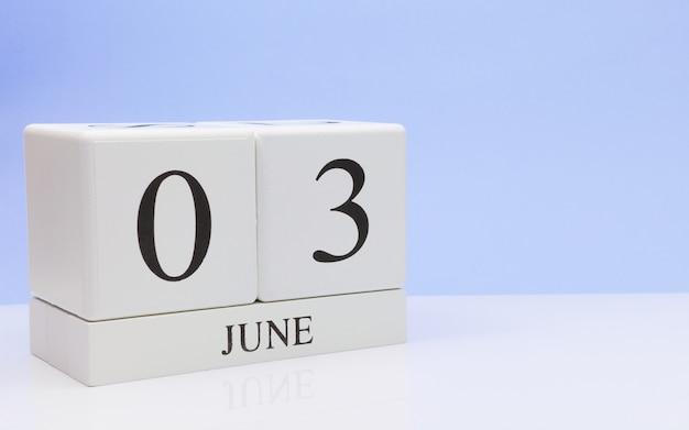 03 de junho. dia 3 do mês, calendário diário na mesa branca Foto Premium