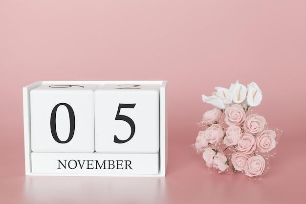 05 de novembro calendário cubo na parede rosa Foto Premium