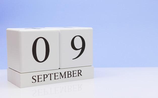 09 de setembro dia 9 do mês, calendário diário na mesa branca com reflexão Foto Premium