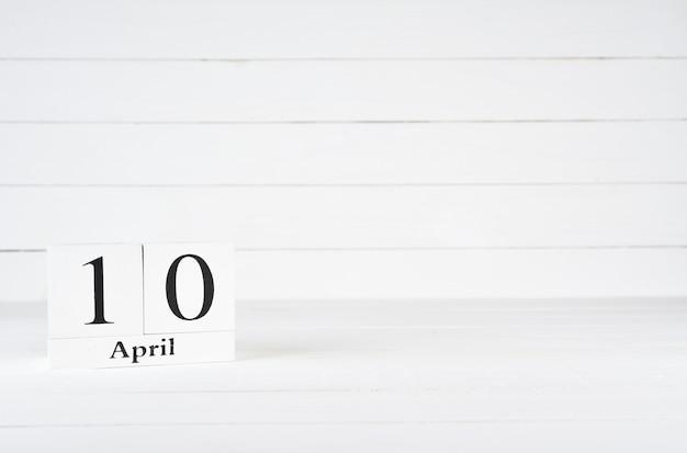 10 de abril, dia 10 do mês, aniversário, aniversário, calendário de bloco de madeira sobre fundo branco de madeira com espaço de cópia para o texto. Foto Premium
