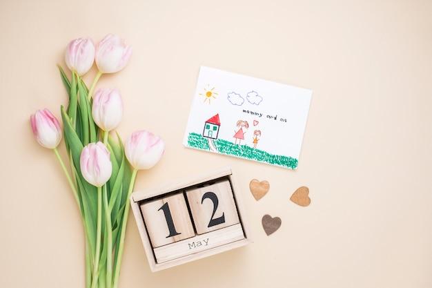 12 de maio inscrição com desenho de mãe e filho Foto gratuita