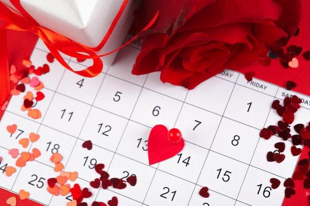 14 de fevereiro no calendário e decorações para o dia dos namorados. Foto Premium
