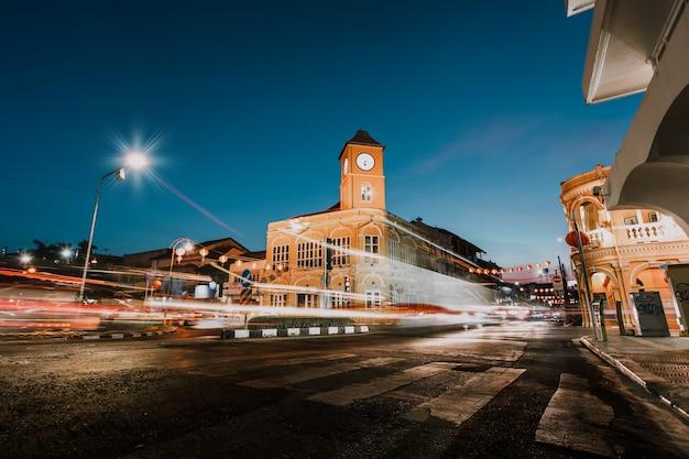 17 fab 2019: tráfego na cidade velha de phuket à noite: as características dos edifícios sino portugueses: phuket, tailândia Foto Premium