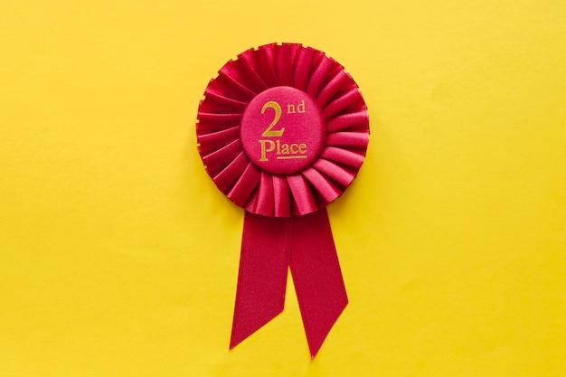 2º lugar rosetas vermelhas da fita em amarelo Foto Premium