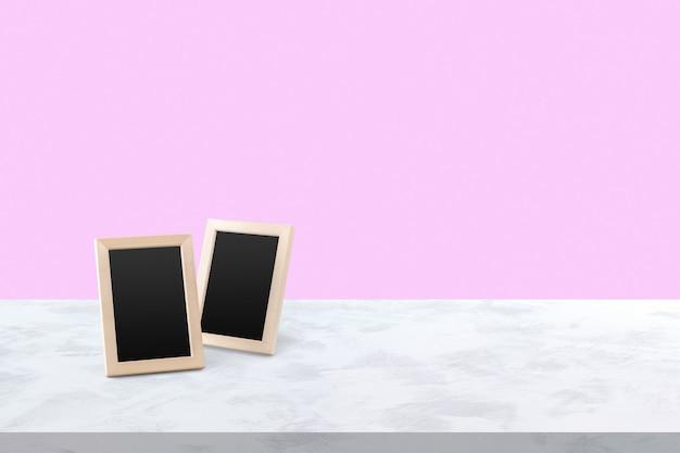 2 molduras brancas em branco sobre a mesa de madeira Foto Premium