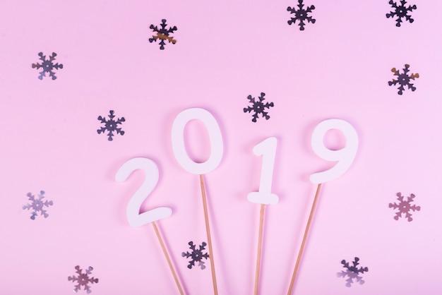 2019 figuras em varas com flocos de neve cintilantes Foto gratuita