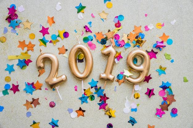 2019 inscrição de velas com lantejoulas Foto gratuita