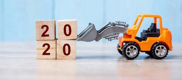 2020 feliz ano novo com caminhão em miniatura Foto Premium