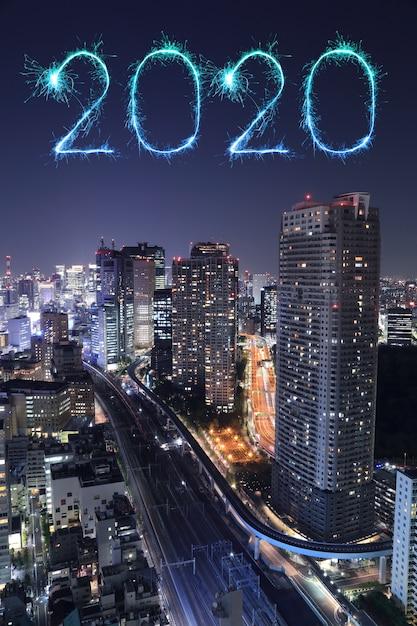 2020 feliz ano novo fogos de artifício sobre a paisagem urbana de tóquio à noite, japão Foto Premium