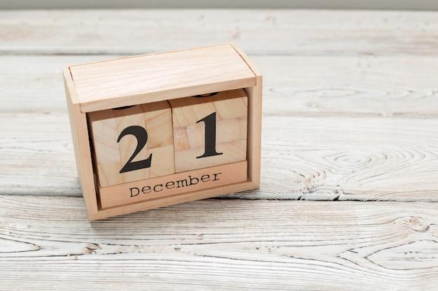 21 de dezembro, dia 21 de dezembro, calendário de madeira Foto Premium