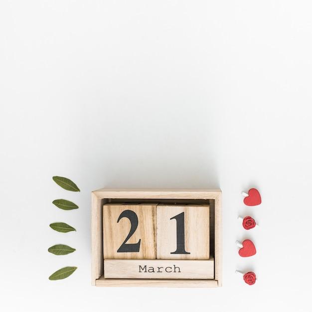 21 de março de inscrição com folhas verdes Foto gratuita