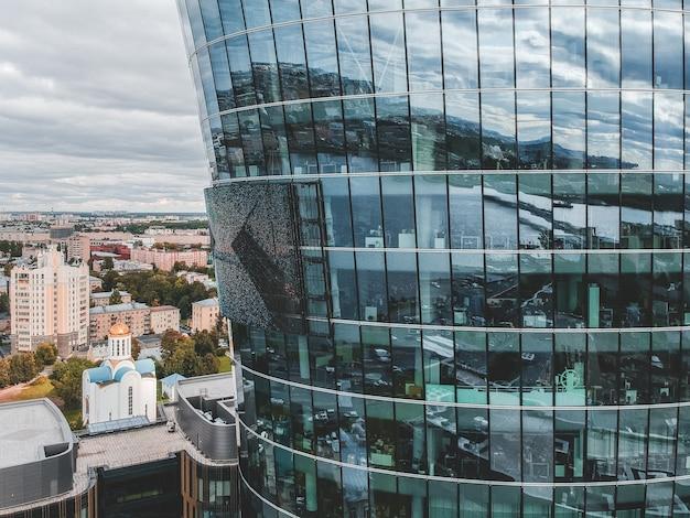 26.07.2019 são petersburgo, rússia - foto aérea de um centro de negócios de arranha-céus de vidro, banco, torre central e dois edifícios do complexo hoteleiro e restaurante. Foto Premium