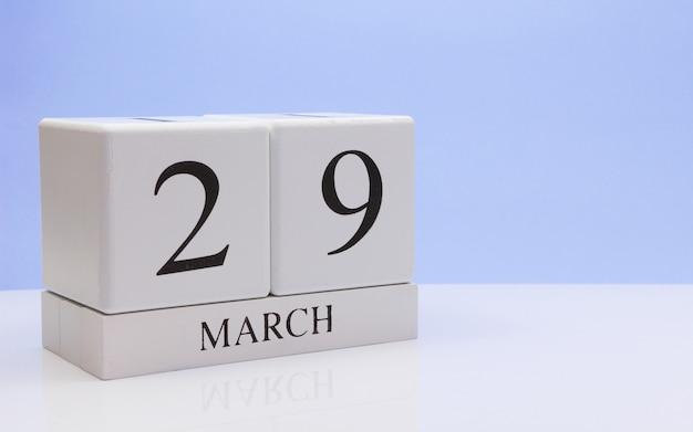29 de março dia 29 do mês, o calendário diário na mesa branca. Foto Premium