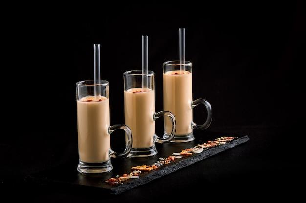 3 copos com batidos Foto Premium