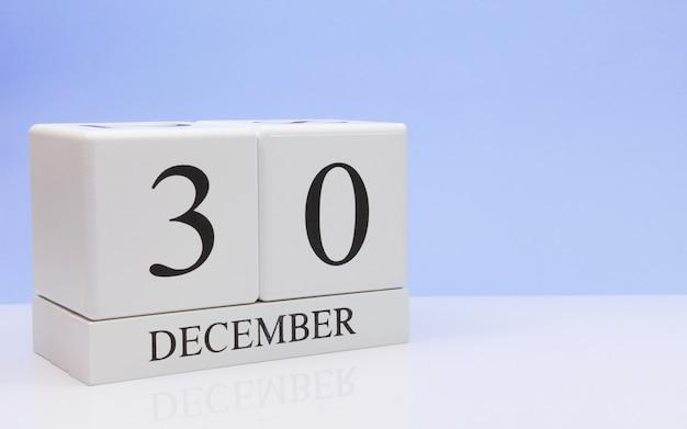30 de dezembro dia 30 do mês, o calendário diário na mesa branca. Foto Premium