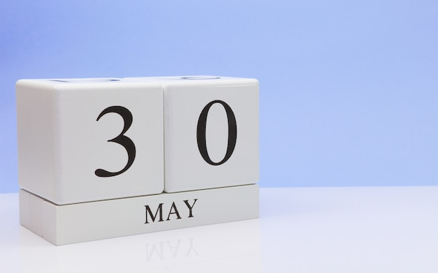 30 de maio dia 30 do mês, calendário diário na mesa branca Foto Premium