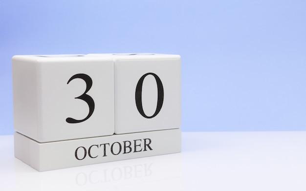 30 de outubro dia 30 do mês, calendário diário na mesa branca Foto Premium