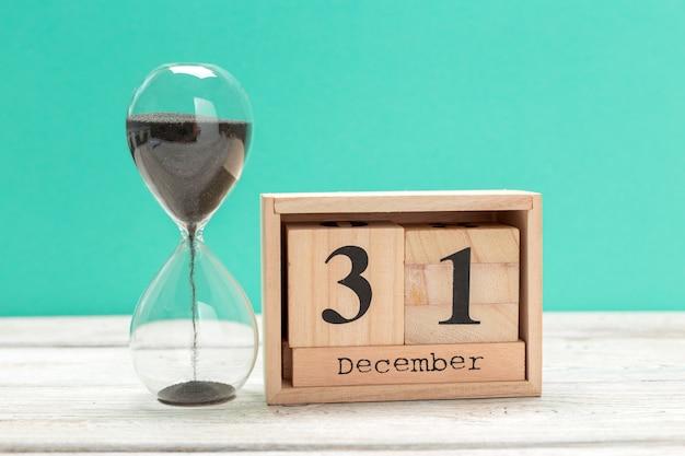 31 de dezembro, dia 31 do mês no calendário de madeira, calendário no local de trabalho Foto Premium