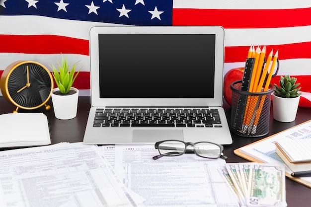 4 de julho dia da independência americana eua sinalizadores decorações em mesa de escritório com computador Foto Premium