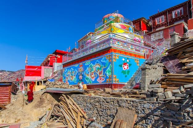 4 de maio de 2016: freira budista andando no chão em dia de sol no santuário em larung gar (academia budista) em sichuan, china Foto Premium