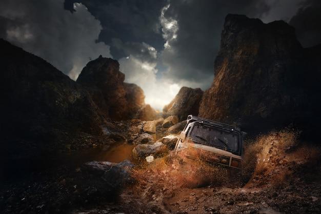 4x4 off road veículo saindo de um perigo de buraco de lama, lama e água espirram em corridas off-road na estrada da montanha. Foto Premium