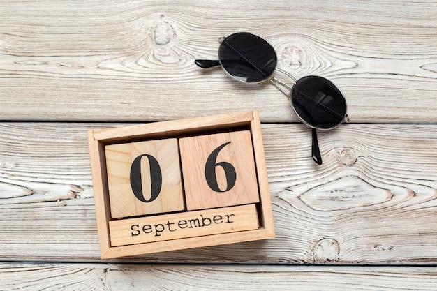 6 de setembro, 6 de setembro no calendário de madeira Foto Premium