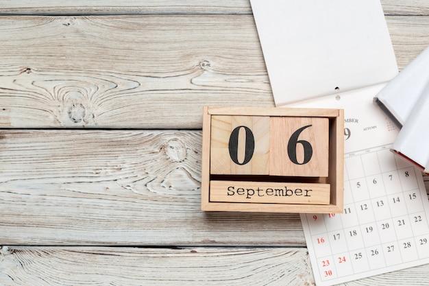 6 de setembro calendário de superfície de madeira na superfície de madeira Foto Premium