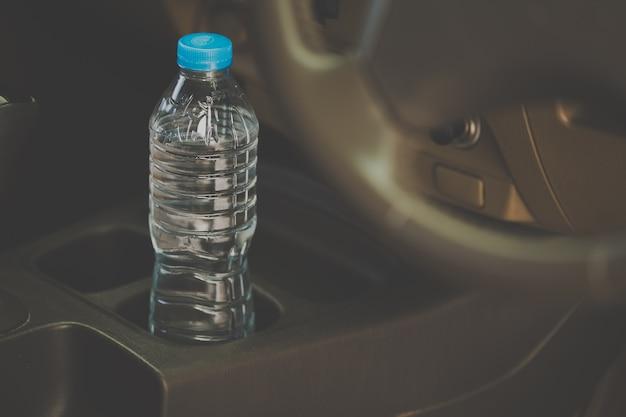 A água engarrafada foi deixada no carro por um longo tempo. Foto Premium