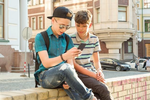 A amizade e comunicação de dois adolescentes Foto Premium