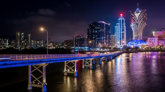 A arquitectura da cidade de macau na noite, todo o hotel e torre é colorida ilumina acima com céu azul, macau, china. Foto Premium