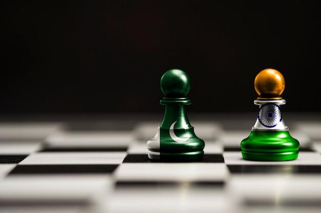 A bandeira da índia e do paquistão imprime a tela no xadrez das patas. agora, ambos os países têm guerra comercial de tarifas econômicas e conflito patriótico. Foto Premium