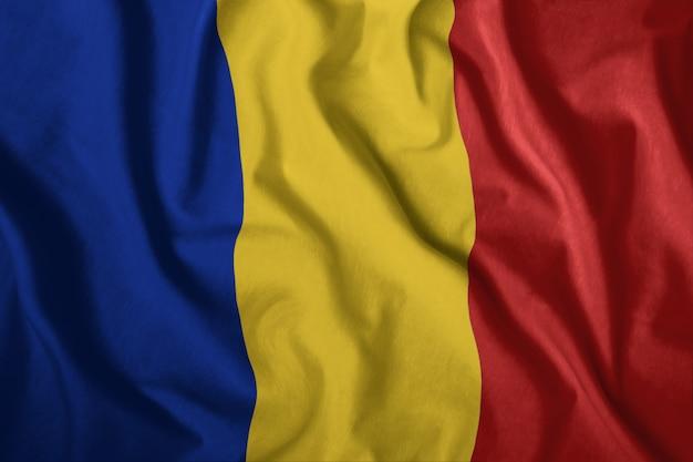 A bandeira romena está voando no vento Foto Premium