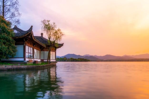 A bela paisagem e paisagem arquitetônica do lago oeste em hangzhou Foto Premium