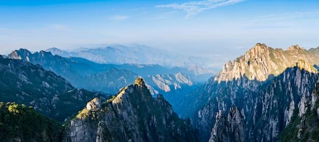 A bela paisagem natural da montanha huangshan na china Foto Premium