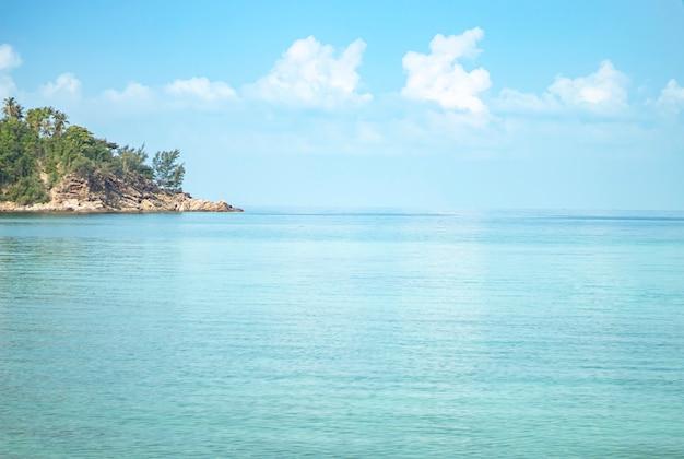 A beleza do céu e do mar na praia da salada de haad no koh phangan, suratthani em tailândia. Foto Premium